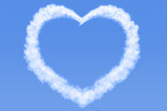 Hart gevormde wolk in blauwe hemel Stock Afbeeldingen