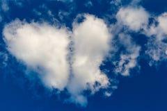 Hart gevormde wolk in de blauwe hemel royalty-vrije stock foto