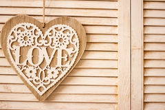 Hart het hangen op houten textuurachtergrond Royalty-vrije Stock Fotografie