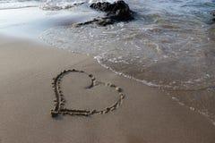 Hart in het zand op het strand stock afbeelding