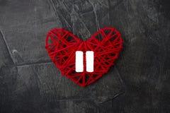 Hart met een teken van Pauze op een donkere achtergrond Thema voor de Dag van Valentine ` s Huwelijk royalty-vrije stock afbeelding
