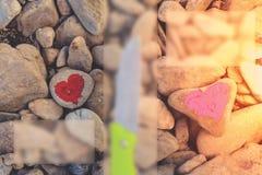 Hart met lippenstift op stuk van steen wordt geschilderd die stock foto