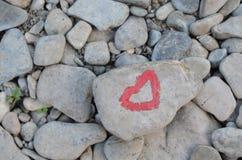 Hart met lippenstift op stuk van steen wordt geschilderd die stock afbeeldingen