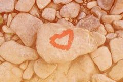 Hart met lippenstift op stuk van steen wordt geschilderd die royalty-vrije stock afbeeldingen