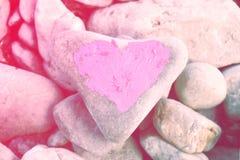 Hart met lippenstift op stuk van steen wordt geschilderd die stock afbeelding