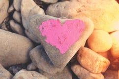 Hart met lippenstift op stuk van steen wordt geschilderd die royalty-vrije stock fotografie