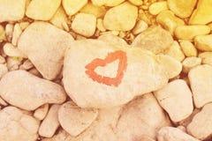 Hart met lippenstift op stuk van steen wordt geschilderd die royalty-vrije stock foto's