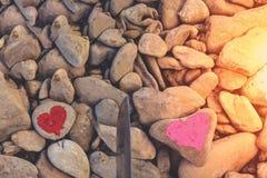 Hart met lippenstift op stuk van steen wordt geschilderd die royalty-vrije stock foto