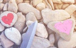 Hart met lippenstift op stuk van steen wordt geschilderd die stock foto's