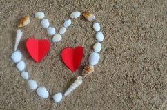 Hart met shells op het strand wordt gemaakt dat royalty-vrije stock afbeeldingen