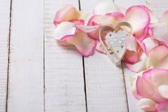 Hart op bloemblaadjes op houten achtergrond Royalty-vrije Stock Afbeeldingen