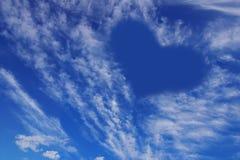 Hart op de blauwe hemel. Stock Foto