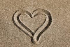 Hart op een zand wordt getrokken dat royalty-vrije stock foto's