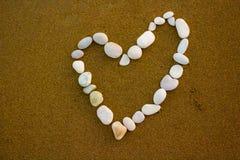 Hart op het strand, de kiezelstenen van het liefdestrand stock afbeelding