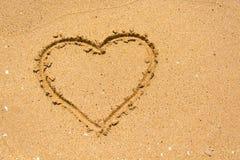 Hart op het strand in zonnige dag royalty-vrije stock afbeelding
