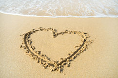 Hart op het strandzand dat wordt getrokken Stock Afbeelding