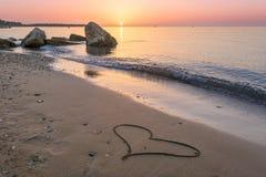 Hart op het strandzand dat wordt getrokken Stock Fotografie