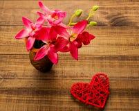 Hart op houten achtergrond, Lege huidige Valentine-kaart op houten achtergrond royalty-vrije stock fotografie