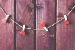 Hart op koord met houten achtergrond Stock Fotografie
