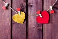 Hart op koord met houten achtergrond StValentine Royalty-vrije Stock Foto's