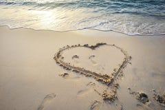 Hart op zand wordt geschreven dat. Stock Fotografie