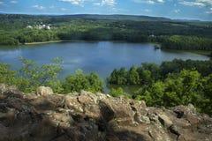 Hart Ponds debajo del canto de la montaña desigual, Berlín, Connecticut foto de archivo