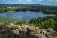 Hart Ponds nedanför kant av det trasiga berget, Berlin, Connecticut arkivfoto
