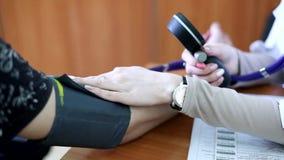 Hart Rate Measurement: de arts meet druk aan de patiënt stock video