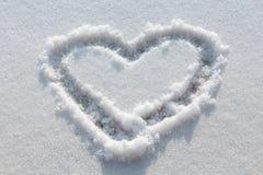 Hart in sneeuw wordt getrokken die Royalty-vrije Stock Fotografie