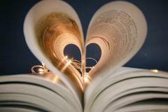 Hart van de pagina's van de boek magische romantische foto stock foto's