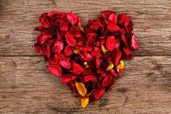 Hart van de rode bloemblaadjes dat van de welriekend mengsel van gedroogde bloemen en kruidenbloem wordt gemaakt Stock Foto's