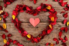 Hart van de rode bloemblaadjes van de welriekend mengsel van gedroogde bloemen en kruidenbloem wordt gemaakt - Reeks 4 die Royalty-vrije Stock Foto's