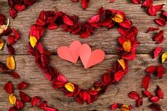 Hart van de rode bloemblaadjes van de welriekend mengsel van gedroogde bloemen en kruidenbloem wordt gemaakt - Reeks 5 die Stock Foto