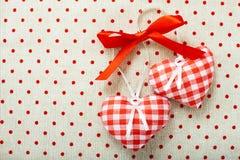 Hart van doek in rode met de hand gemaakte die cel wordt gemaakt Stock Foto's