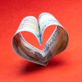 Hart van honderd dollarsrekeningen de V.S. Rode achtergrond Vierkant kader voor instagram Concept geld en liefde en een gift voor royalty-vrije stock fotografie