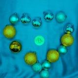 Hart van Kerstmisornamenten dat wordt gemaakt de blauwe achtergrond in het midden van een bitcoin royalty-vrije stock afbeeldingen