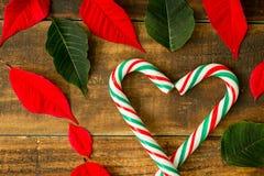 Hart van Kerstmisriet wordt gemaakt met rode en groene bladeren dat Royalty-vrije Stock Fotografie