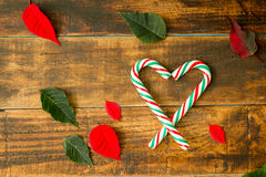 Hart van Kerstmisriet wordt gemaakt met rode en groene bladeren dat Stock Afbeelding
