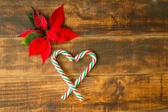 Hart van Kerstmisriet wordt gemaakt met rode en groene bladeren dat Stock Foto