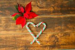 Hart van Kerstmisriet wordt gemaakt met rode en groene bladeren dat Royalty-vrije Stock Foto