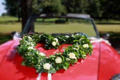 Hart, van klimop en witte rozen, op een rode bonnet royalty-vrije stock fotografie