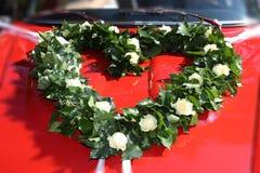 Hart, van klimop en witte rozen, op een rode bonnet stock afbeeldingen