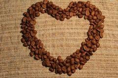 Hart van koffiebonen bij het ontslaan Stock Afbeelding