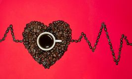 Hart van koffiebonen en een histogram op een rode achtergrond stock foto