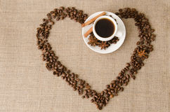 Hart van koffiebonen en koffiekop Stock Foto