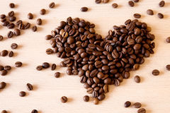 Hart van koffiebonen op houten textuur stock foto