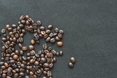 Hart van koffiebonen op witte achtergrond stock afbeelding