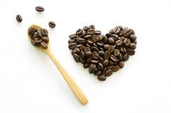 Hart van koffiebonen wordt gemaakt op witte achtergrond, liefdekoffie die Royalty-vrije Stock Foto's