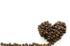 Hart van koffiebonen wordt gemaakt op witte achtergrond, liefdekoffie die Stock Foto