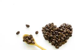 Hart van koffiebonen wordt gemaakt op witte achtergrond, liefdekoffie die Stock Afbeelding